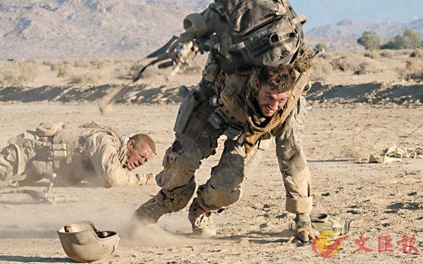 ■兩位美軍士兵在伊拉克執行任務時突然遭受狙擊手的襲擊。