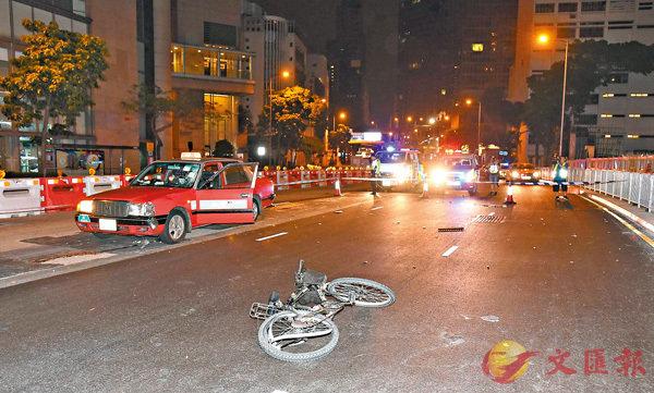肇事的士擋風玻璃碎裂,而被撞單車翻側路中後輪彎曲變形。