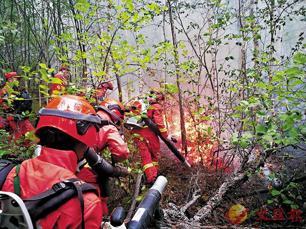 ■武警內蒙古森林總隊的官兵昨日在阿巴河林場撲火。 新華社