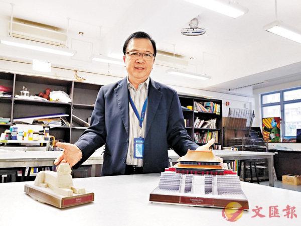 ■梁偉傑在網上搜羅跟課堂相關的歷史建築紙模型,並在紙樣旁邊附加有用歷史知識。香港文匯報記者 姜嘉軒  攝