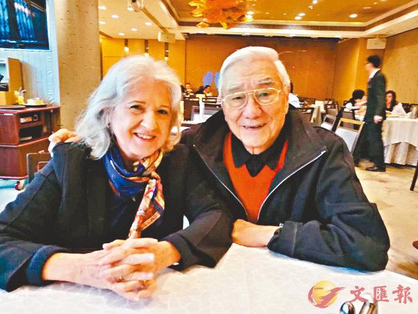 ■關愚謙(右)和妻子海珮春2017年底在香港。  焯玲 攝