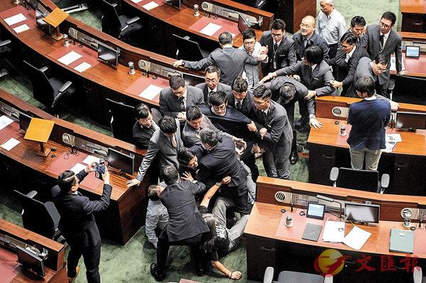 ■梁游二人在事發當日獲一眾反對派議員「護送」硬闖會議廳,並與立法會保安發生衝突。 資料圖片