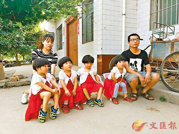 ■ 趙建華夫妻倆帶�茼踧茈揮磥@模一樣的四胞胎女孩遊玩,�蚢磣l睛。 網上圖片