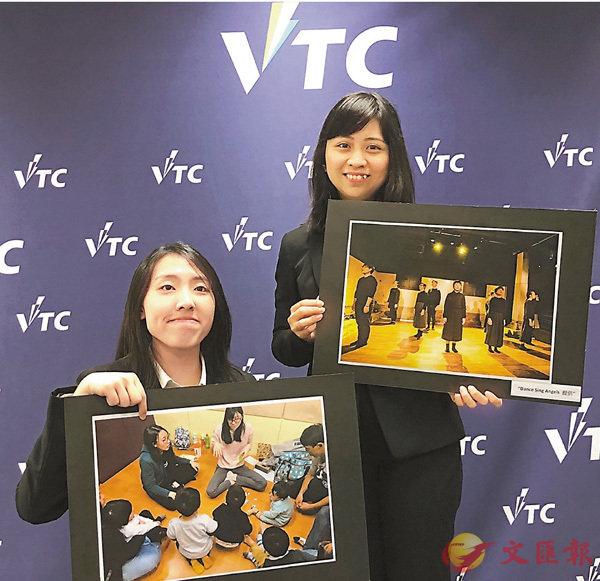 ■朱寶玲(左)與黃嘉琪(右)展示如何協助其他失聰人士子女在遊戲中學習手語。  香港文匯報記者柴婧  攝