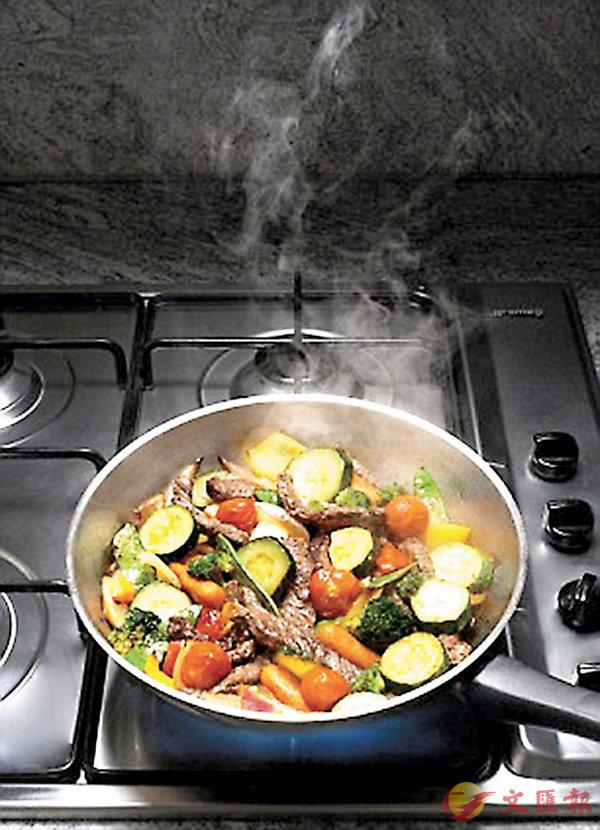 ■中菜烹調方法多,最常見便是把食物及調味料倒入鑊中快速翻拌,謂之「炒」(Stir-fried)。 網上圖片