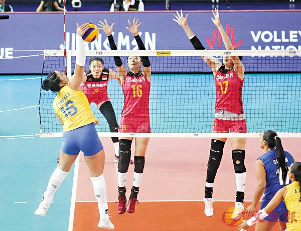 ■中國隊(紅衫)雙人攔網。 FIVB圖片