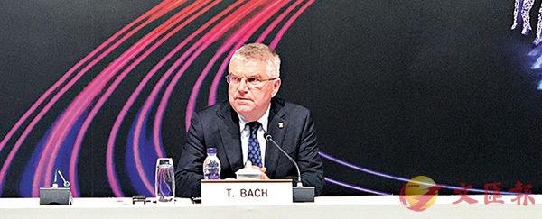 ■國際奧委會主席巴赫回答傳媒提問。香港文匯報記者張聰  攝