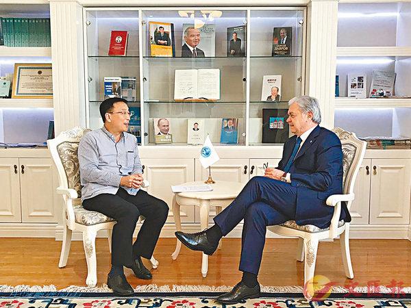 ■阿利莫夫在「書房」接受香港文匯報副總編輯尹樹廣採訪。