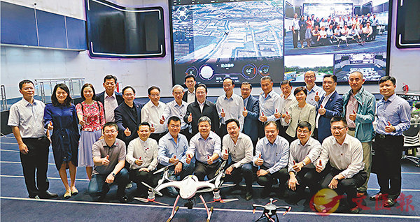 ■港區全國人大代表考察億航智能公司,了解其無人駕駛飛機的最新發展。 香港文匯報記者朱朗文  攝