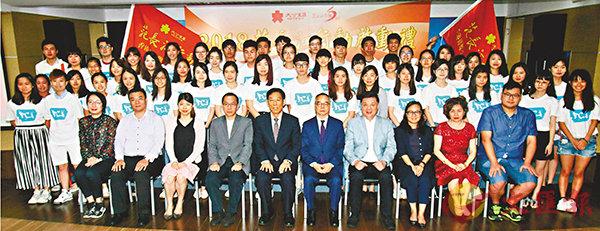 ■學生主禮嘉賓大合照。 香港文匯報記者彭子文  攝