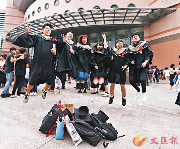 ■調查顯示,赴大陸工作已成為台灣畢業生心中首選。 圖為昨日,台灣大學舉行畢業典禮,典禮結束後,學生們開心地跳起來慶祝。 中央社