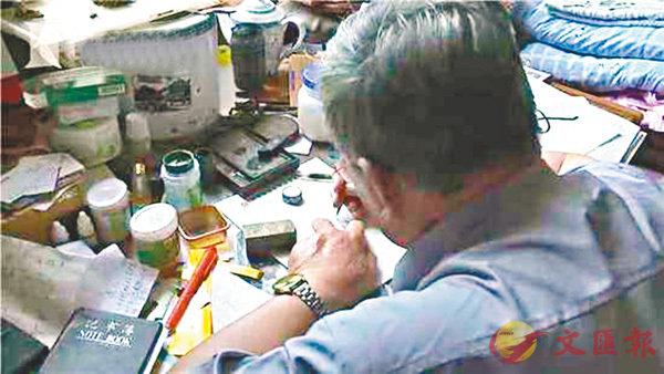 ■杭老正在米粒上寫字。網上圖片