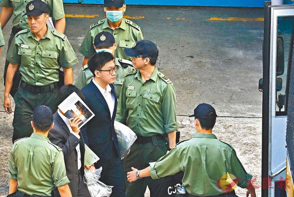■梁天琦昨日早上由荔枝角收押所押解往高院聽取判刑。   美聯社