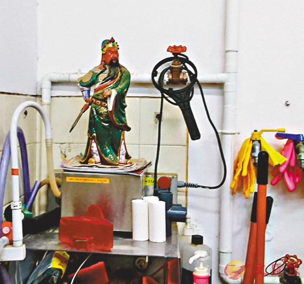 ■實驗室內放有關公像。 香港文匯報記者顏晉傑  攝