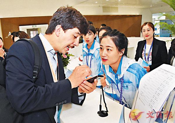 ■6月9日至10日在青島舉行的上合組織峰會,吸引了世界上很多國家媒體的關注。圖為6月6日,一名來自塔吉克斯坦的記者在青島峰會新聞中心問詢台諮詢。 新華社
