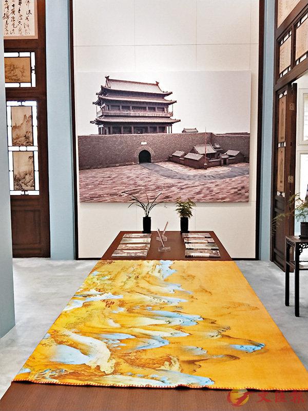 ■在故宮延春閣展出的「紫檀及陰沉木製老北京城門圖片展」現場。  香港文匯報記者朱燁 攝