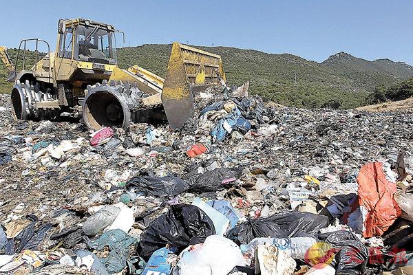 ■2016年本港棄置於堆填區的固體廢物總量為561萬噸,回收率卻不高,恐現「垃圾圍城」。 資料圖片