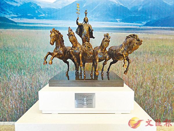 ■哈薩克斯坦國家博物館擺放的一座雕像與油畫結合,形成了代表國家特性的景象,極具藝術創作力。