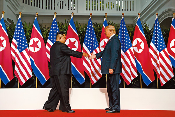 ■ 特朗普與金正恩迎面走向對方,進行歷史性接觸。 美聯社