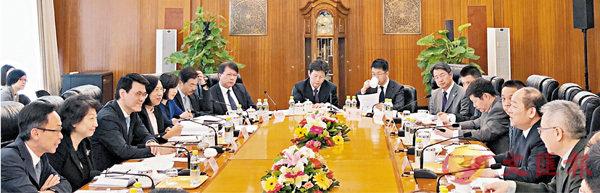 ■ 香港特�^政府�c中央部委昨日在京�e行首次「一�б宦贰孤�席���h。