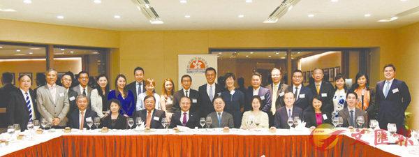 ■王志民主任(前排左四)、楊健副主任(前排右三)與晚餐會嘉賓合影。 中聯辦網站圖片