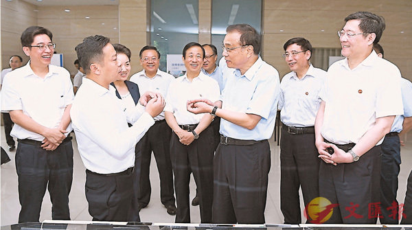 ■李克強在湖南衡陽白沙洲工業園聽取湖南特別是湘南承接產業轉移情況匯報。 新華社