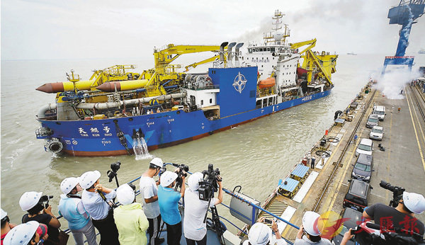 ■「天鯤號」成功完成首次試航。圖為該船出港海試時的情況。 新華社