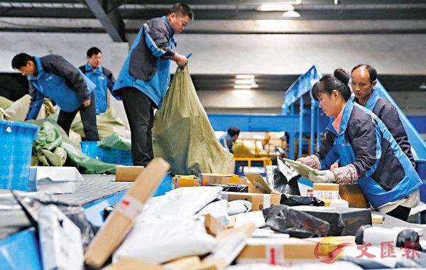 ■中通快遞上海轉運中心,工作人員在分揀快遞包裹。 資料圖片