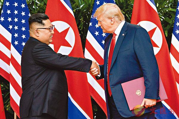 ■特朗普與金正恩握手時互有拉扯。 路透社