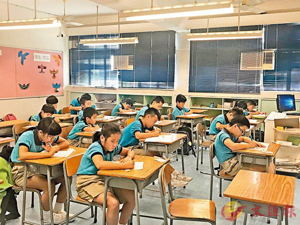 ■全港學校於昨舉行中文科的閱讀、寫作和聆聽考試。 香港文匯報記者唐嘉瑤   攝