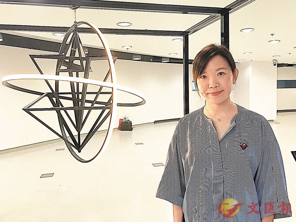 ■楊綺漣與她設計的「五行」吊燈。