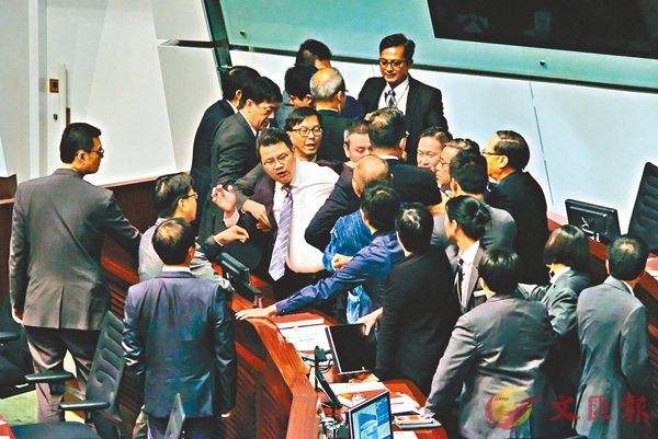 ■反對派議員為阻撓審議,竟肆意搗亂。 香港文匯報記者梁祖彝  攝