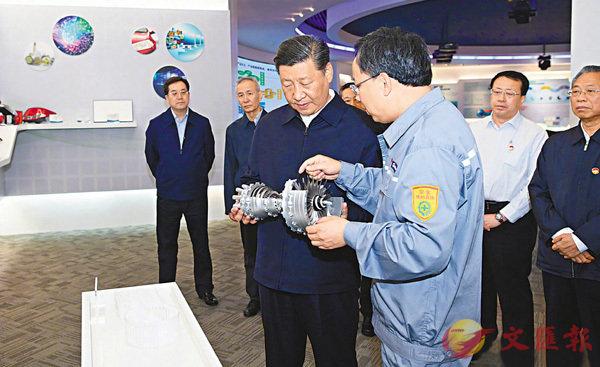 ■習近平在萬華煙台工業園聽取企業基本情況介紹,察看核心產品展示。 新華社