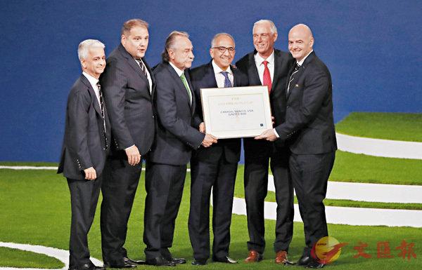 ■國際足協主席恩芬天奴(右一)為加拿大(右二)、墨西哥(左三)和美國(右三)申辦團隊代表頒發證書。  新華社