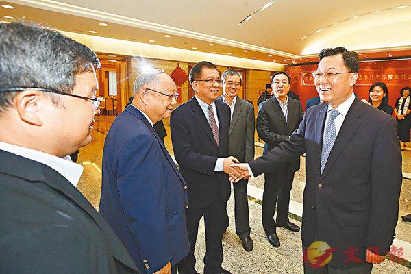■謝鋒接待考察團。 香港文匯報記者 曾慶威  攝