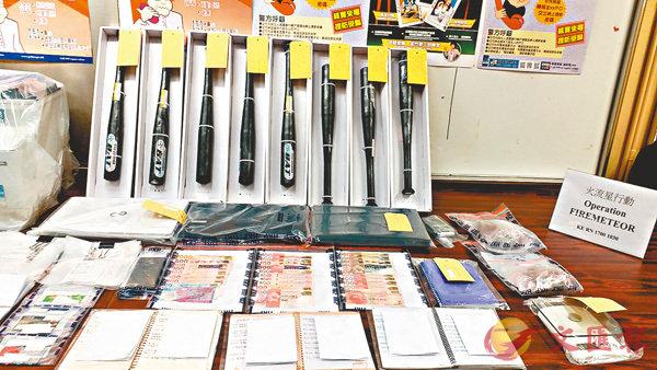 警方行動中,檢獲逾百張欠單、銀行入數紙、借貸記錄等證物。 香港文匯報記者鄧偉明 攝