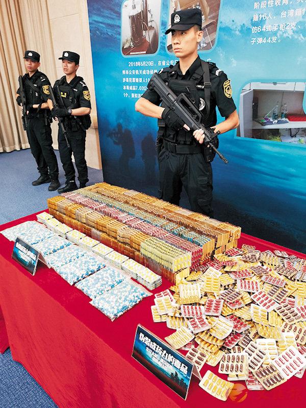 ■現場展示繳獲的毒資毒品。香港文匯報記者帥誠  攝