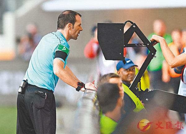 ■德甲一場賽事,球證接納了VAR的意見,改判了一個12碼。 資料圖片
