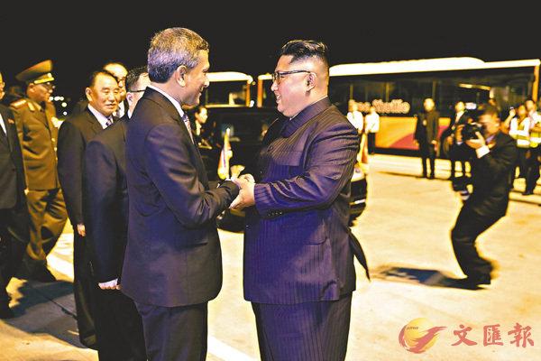 ■金正恩前晚乘專機離開新加坡前,與星官員道別。 美聯社