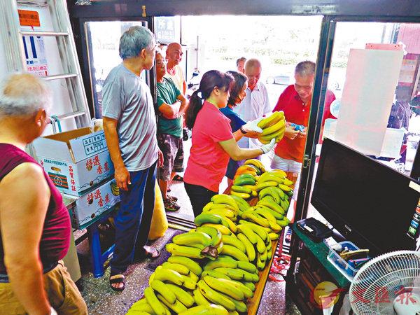 ■台灣水果近來豐收卻銷路不暢,有人歸咎於民進黨當局的兩岸政策。圖為台北農產運銷公司分送香蕉情形。  中央社