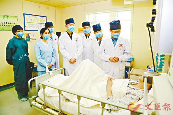 ■ 醫護團隊看望術後的李靜。香港文匯報陝西傳真