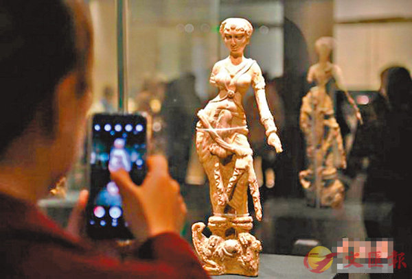 ■《女神像》牙雕像。 中新社圖片