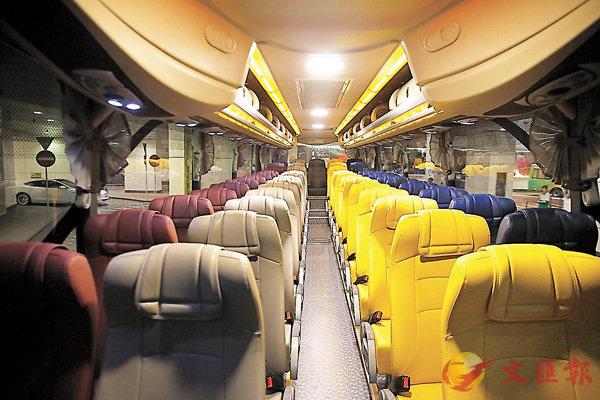 ■每部車可載客53人,不設企位,車上配備三地WiFi上網,每個座位均設USB充電插座。 香港文匯報記者莫雪芝  攝