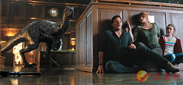 ■奧雲 (基斯柏特飾) 和嘉怡 (拜絲黛麗侯活飾) 不忍恐龍就此消失,決定冒生命危險重回樂園。