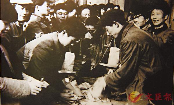 ■ 當年搶購「傻子瓜子」的人排起了長隊。香港文匯報安徽傳真