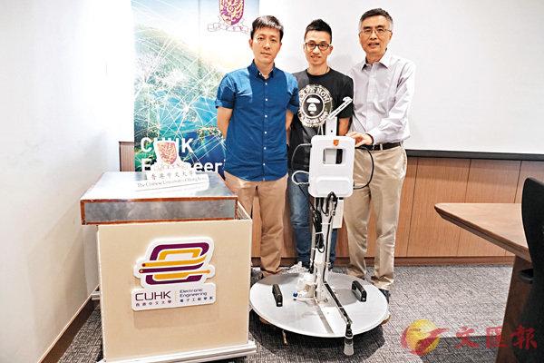 ■吳克利(右)與其團隊成員韋大成(左)及林浩,研發出全球首個大規模地區無線排水實時監測實驗系統。 中大供圖