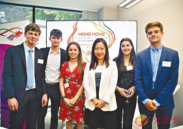 ■駐倫敦經貿辦主辦的「香港:培養始創企業家的最佳地方」比賽,處長杜潔麗(右三)與多名得獎並獲邀來港大學讀暑期課程的英國中學生合照。