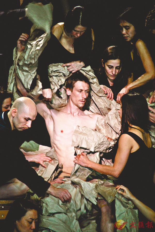 ■男舞者裸露的身體被紙張包�荂A叫人想起經典宗教油畫。 攝影:Julian Mommert