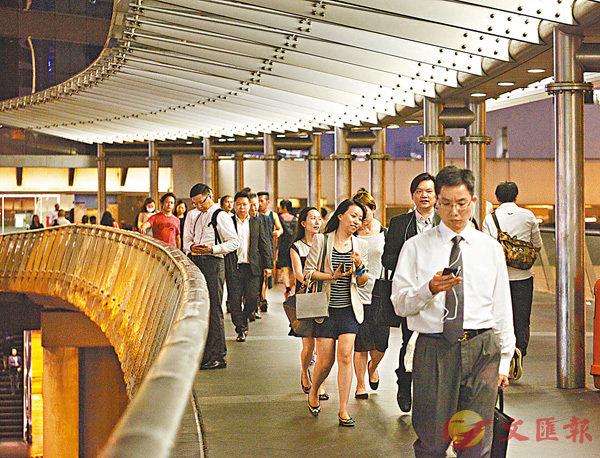 ■年金熱潮席捲全港,有公司趁機推出私人年金計劃,主攻年輕客戶群。 資料圖片