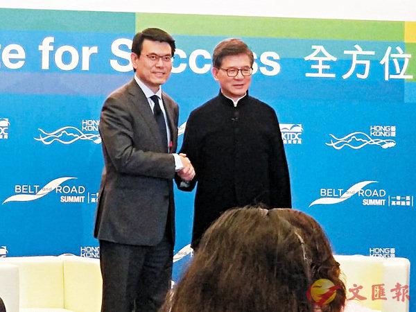 ■羅康瑞(右)預計約有5,000人出席第三屆「一帶一路高峰論壇」。左為邱騰華。香港文匯報實習記者黃懿汶  攝